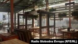 Прегради меѓу маси во кафуле во центарот на Скопје.