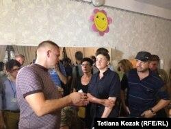 Надія Савченко спілкується з головою ОВК та каже, що вона незадоволена побаченим на дільницях у селах
