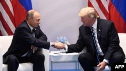 Президенты России и США Владимир Путин и Дональд Трамп. Гамбург, 7 июля 2017 года.