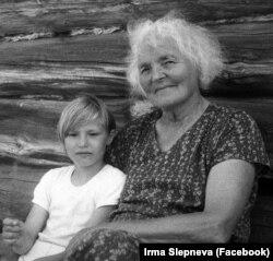 Юная Таня (Татьяна Сергеевна Худякова) с бабушкой Ирмой Геккер-Худяковой. Фото из семейного архива Ирмы Слепневой.