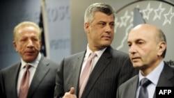 Fotografi arkivi e kryetarit të LDK-së, Isa Mustafa së bashku me kryeministrin, Hashim Thaçi dhe zëvendës kryeministrin, Behgjet Pacolli.