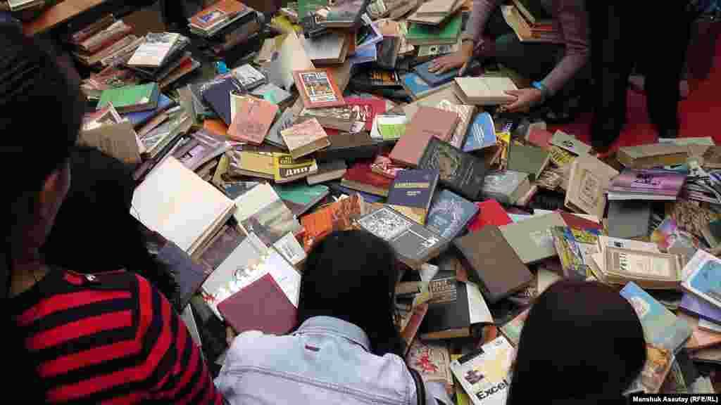 Во время «Китапфеста» популярностью пользовался сектор, где происходил книгообмен.