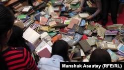 Люди выбирают книги на фестивале Kitapfest. Алматы, 5 сентября 2015 года. Иллюстративное фото.