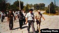 Кыргыз армиясынын жана коопсуздук күчтөрүнүн өкүлдөрү, Баткен, 1999-жыл. Фото: Брюс Панниер.