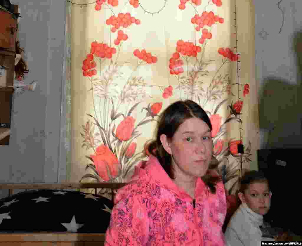 """""""У меня трое детей, – вздыхает молодая мама Олеся Чудинова. – Что мне делать? Нужны садики, школы, больницы""""."""