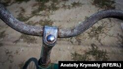 Налет уже разъел никелированную поверхность велосипедного руля