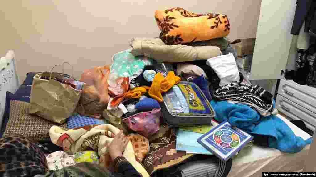 Активисты объединения «Крымская солидарность» сообщают, что в ходе обысков российские силовики «изымают телефоны и подбрасывают литературу»