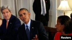 سوزان رایس (راست)، باراک اوباما (مرکز) و جان کری (چپ)