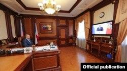 Сергей Аксенов смотрит послание Путина