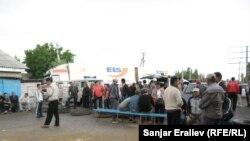 """Сторонники оппозиционной партии """"Ата-Журт"""" заблокировали автодорогу Бишкек-Ош. 4 июня 2013 года."""