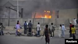 """Полиция бекетіндегі """"Боко харам"""" тобы мойнына алған жарылыс орны. Нигерия, 20 қаңтар 2012 жыл. (Көрнекі сурет)."""