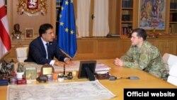 Саакашвили (слева) приказал «продолжить выполнение обязанностей начальника объединённого штаба» генералу Георгию Каландадзе, Тбилиси, 10 ноября 2012