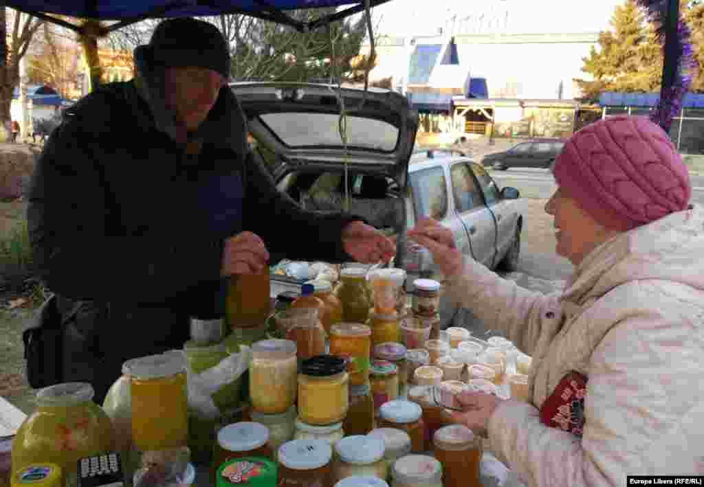 Un producător local vinde miere la Tiraspol.