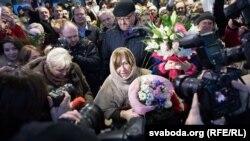 Прыхільнікі творчасьці Сьвятланы Алексіевіч сустракаюць яе ў нацыянальным аэрапорце «Менск»