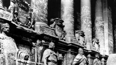 Škrabotine vojnika Crvene armije na zgradi Reichstaga nakon što su zauzeli Berlin 1945., blizu okončanja Drugog svjetskog rata.