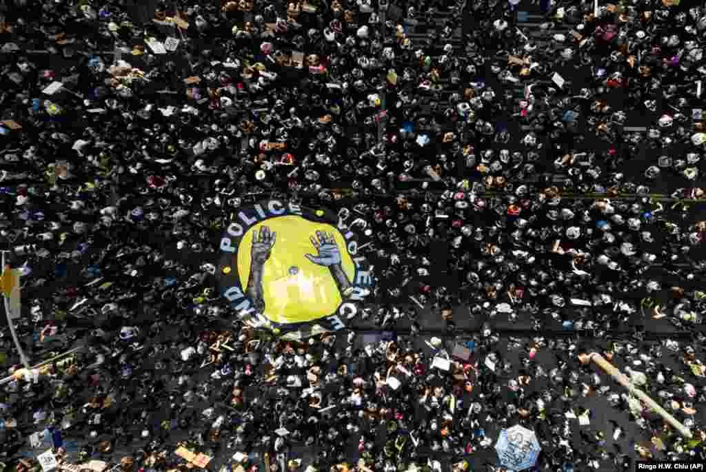 Demonstruesit shihen duke marrë pjesë në një protestë në Llos Angjelles më 3 qershor.