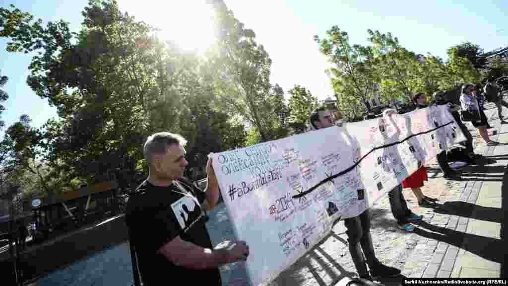 Этой акцией организаторы хотят привлечь внимание всех, от кого зависит судьба крымских политзаключенных