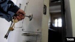 Согласно югоосетинскому законодательству, заключенных в случае необходимости лечения или проведения медицинского обследования нельзя вывозить за пределы республики