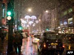 Оксфорд-стрит, торговая улица в центре Лондона. Клиентов из России здесь стало меньше