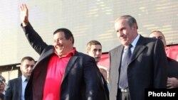 Лидер ППА Гагик Царукян (слева) и лидер АНК Левон Тер-Петросян на митинге «тройки» в Ереване, 24 октября 2014 г.