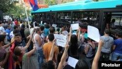 Одна из акций протеста против повышения платы за проезд в городском транспорте, Ереван, июль 2013 г.