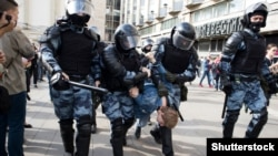 Полиция задерживает участника протеста. Москва, 3 августа 2019 года