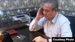 Оппозициялық саясаткер Уәлихан Қайсар Азаттық радиосының сайты ұйымдастырған онлайн-конференцияда оқырмандар сұрақтарына жауап беріп отыр. Астана, 4 қазан 2012 жыл.