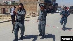 У места взрыва в окрестностях Кабула. 25 мая 2016 года.