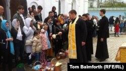 Киев патриархатына қарасты Әулие Михаил монастырындағы пасха мерекесі. 20 сәуір 2014 жыл.