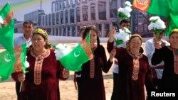 Prezident G.Berdimuhamedowy garşylamaga çykan türkmenistanlylar.