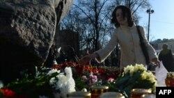 Свічки і квіти під Соловецьким каменем, Москва, 29 жовтня 2013 року