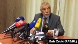 Nećemo smetati da se ovaj ured iseli: Stipe Mesić u svom uredu u Zagrebu