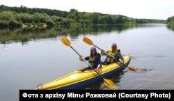 Міла Ражкова і Ўладзімер Бакаў на Нёмане