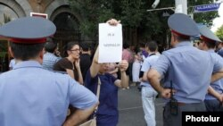 Armenia - Activists protest outside a police building in Yerevan against the criminal investigation into deadly violence at the Harsnakar restaurant, 9Aug2012.