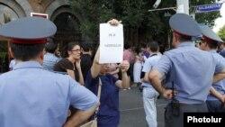 «Հարնսաքար»-ի միջադեպի բոլոր մեղավորներին պատժել պահանջող քաղաքացիական նախաձեռնությունների ակտիվիստների ցույցը Ոստիկանության շենքի մոտ: 9-ը օգոստոսի, 2012թ.