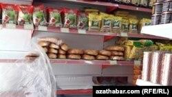 Прилавок продовольственного магазина, Ашхабад (архивное фото)