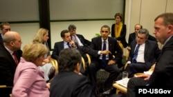 باراک اوباما در نشست کپنهاگ در حال گفتوگو با رهبران اروپایی