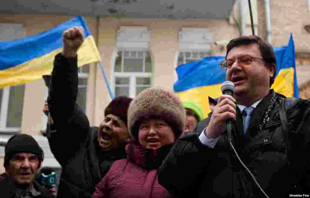 Близько півтори сотні людей, серед яких представники підприємницького Майдану, пікетують Адміністрацію Президента з вимогою припинити політичні репресії в Україні, Київ, 17 січня.