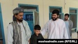 نهه کلن نصیب الله له خپل پلار سره ولاړ دی چې طالبانو د ځانمرګي برید لپاره روزلی وو