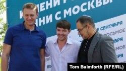 Алексей Шагал (в центре), Алексей Навальный (слева), Антон Носик. 1 августа 2013