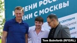 Алексей Шагал (ортада), Алексей Навальный (сол жақта), интернет сарапшы Антон Носик сайлау кампаниясы кезінде. Мәскеу, 1 тамыз 2013 жыл.