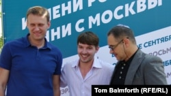Aleksei Shagal (center) with Aleksei Navalny (left) and Internet analyst Anton Nossik in Moscow.