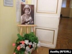 Сара Садыйкова кичәсе булган зал янында куелган фото