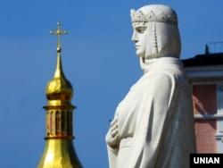 Київ. Пам'ятник княгині Ользі, яка в 957 році прийняла християнство, відвідавши Константинополь