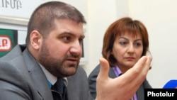 "Armenia -- ""Zhamanak"" daily editor Arman Babajanian (L) and ""Hraparak"" editor Armine Ohanian at a news conference, 07Apr2011."