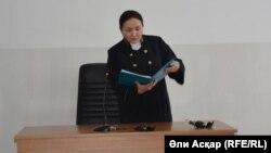 Судья Алима Әділова үкім оқып тұр. Ақтөбе, 11 сәуір 2017 жыл