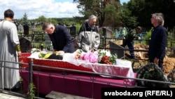 Разьвітваецца Сяргей Быкаў, сын Васіля Быкава, крайні справа — яшчэ адзін сын, Васіль Быкаў