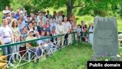 Ulu-Sala köyünde doğğanlar ve olarnıñ nesilleri 1943 senesi genotsidiniñ qurbanları abidesi yanında