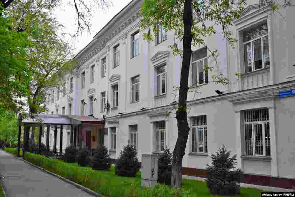 Сейчас в старом здании АН Казахской ССР находится ТОО «Научно-производственный центр микробиологии и вирусологии», а улица носит имя Богенбай-батыра (дом № 105).