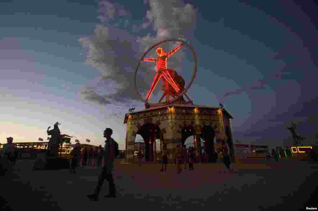 Главный символ фестиваля – деревяный человек, которого в последний день сжигают вмести с некоторыми другими скульптурами.